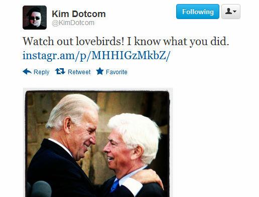 Med dette bildet av USAs visepresident Joe Biden i tett omfavnelse med sin bestevenn Chris Dodd (sjefen for MPAA) illustrerer Kim Dotcom via Twitter hvem han mener står bak aksjonen mot MegaUpload.