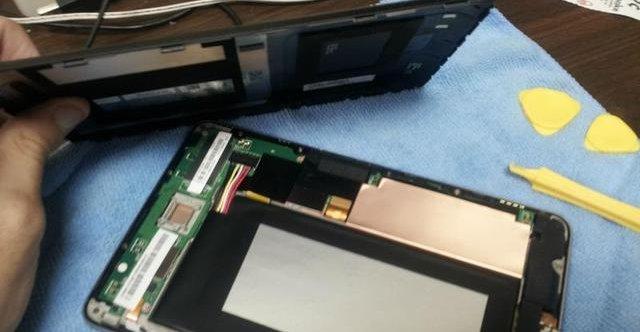 Det rapporteres om at Nexus 7-panelet er litt for løst. Man kan selv rette problemet, men det innebærer å åpne hele nettbrettet for å komme til skruene.