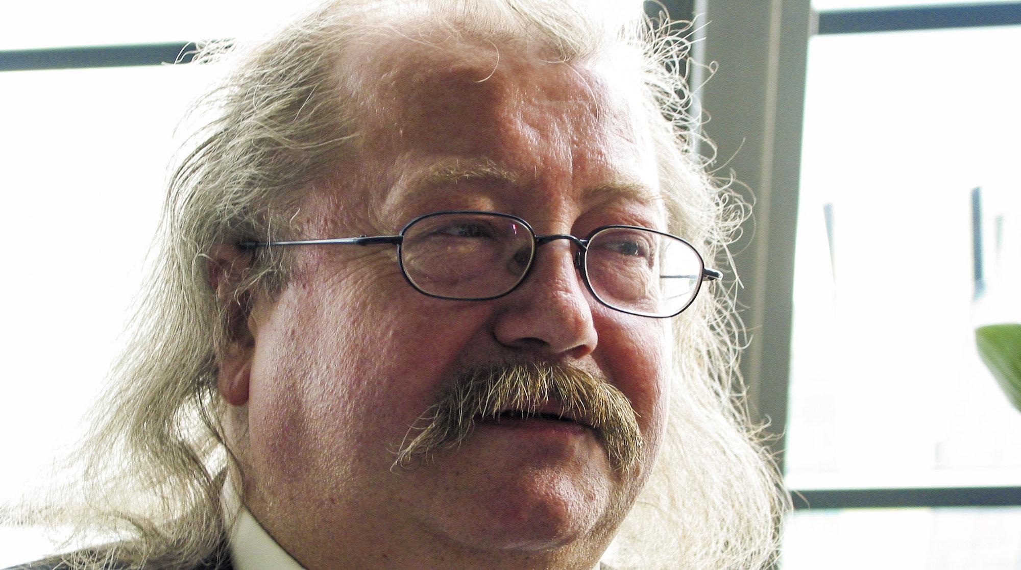 Professor Jon Bing frykter at redaktøransvaret ikke gjelder Internett.