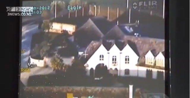 I videoen ser du hvordan helikopteret nærmer seg Kim Dotcoms luksus-villa. Senere overtar Dotcoms egne overvåkingskameraer. Opptakene fra disse viser omfanget av den enorme politiaksjonen i januar.