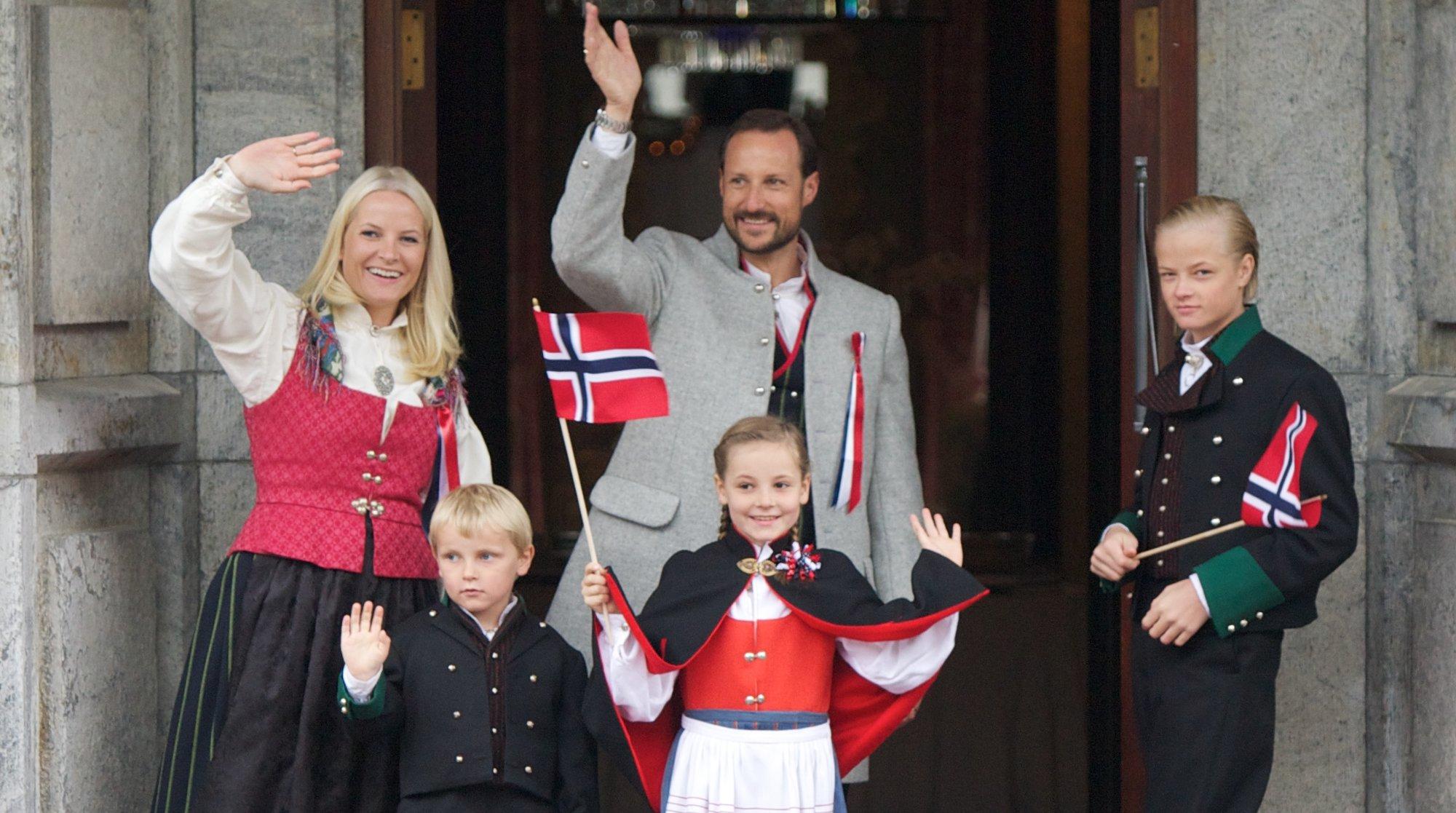 Dette er et offisielt bilde av kongefamilien. Fra venstre kronprinsesse Mette-Marit, prins Sverre Magnus, kronprins Haakon, prinsesse Ingrid Alexandra og Marius Borg Høiby, kronprinsessens sønn. Sistnevnte la ut private bilder via Instagram, slik mange gj