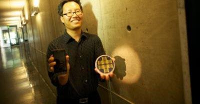 Professor Nosang Myung ved University of California med den nye lukte-sensoren.