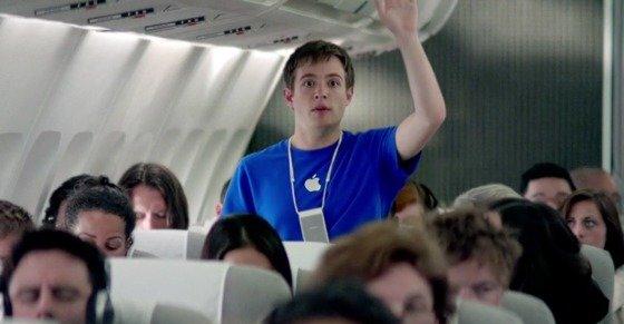 I denne reklamen får en flypassasjer hjelp i siste liten av en Apple-representant som tilfeldigvis er medpassasjer. For dumt, mente så mange at Apple valgte å fjerne den fra nettet.