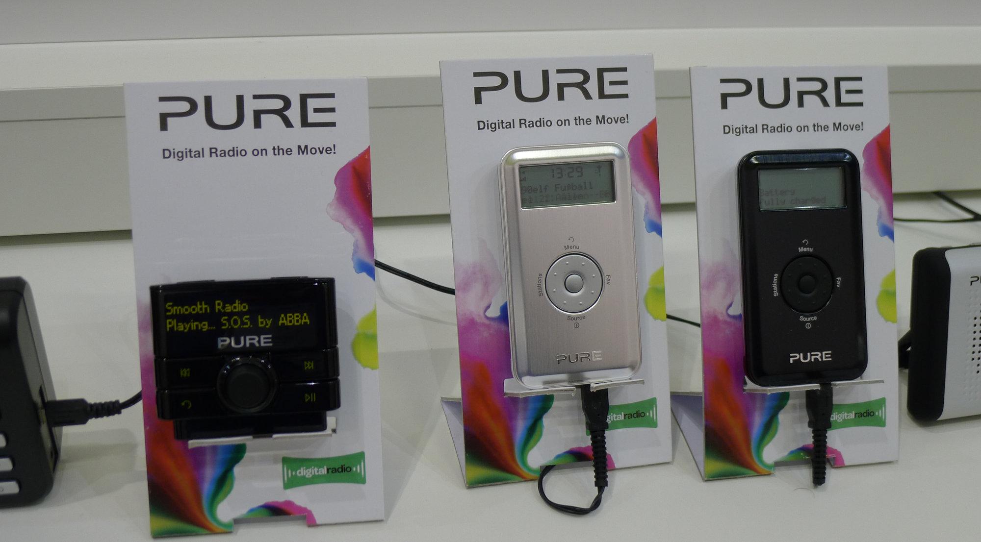 Til venstres PUREs løsning på bil-problemet: DAB-radio med sugekopp og FM-overføring. Til høyre den nye Move 2500, som minner stygt om en iPod Classic.