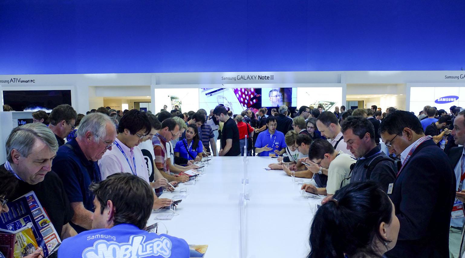 Ingen spøk å være indisk blogger på invitasjonstur med Samsung... (personene på bildet er ikke identiske med personene som er omtalt i artikkelen)