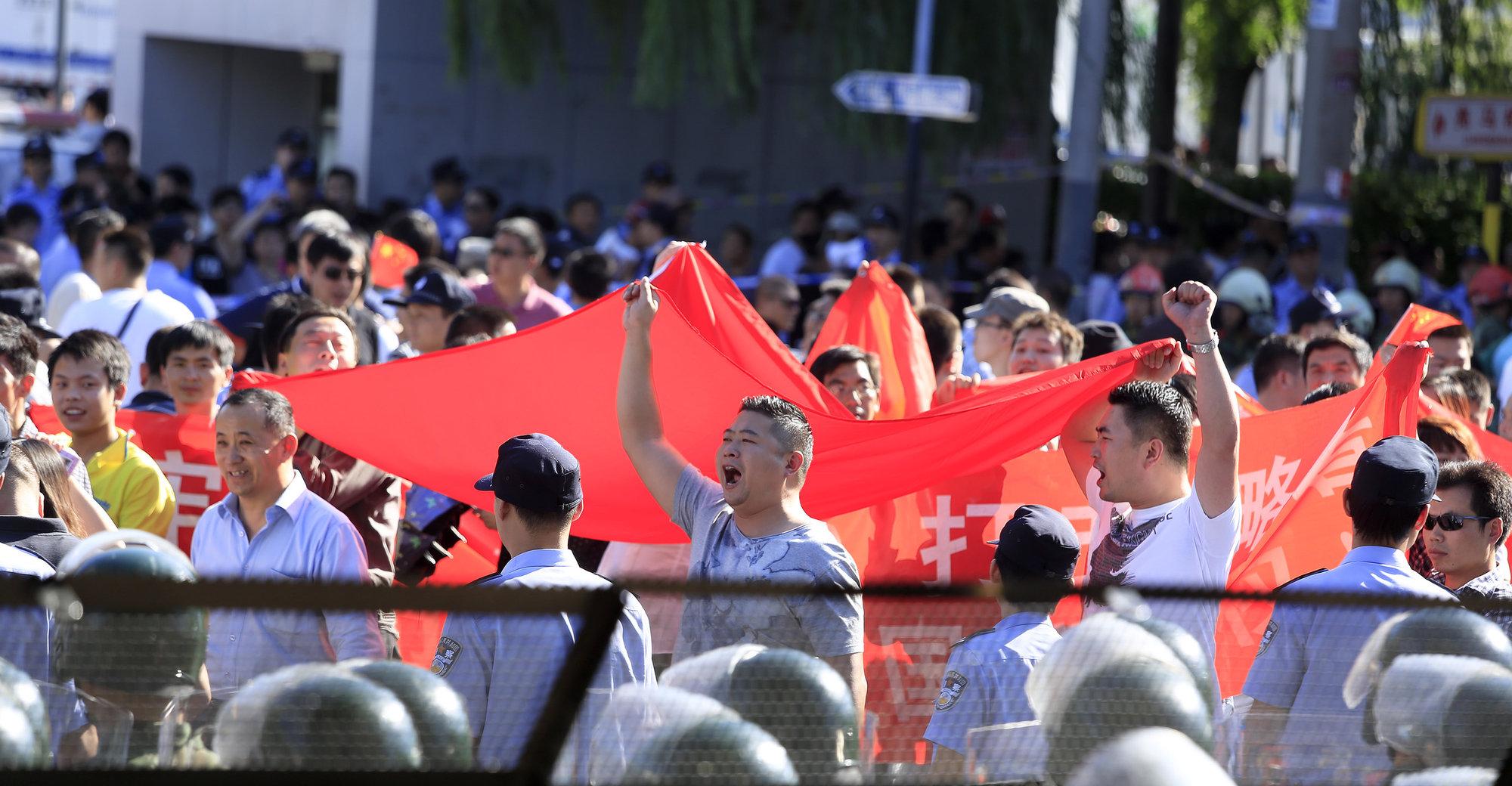 Demonstranter utenfor den japanske ambassaden i Beijing tirsdag denne uka.
