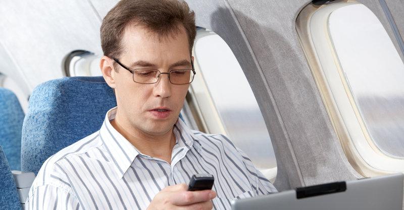 Mobil, nettbrett og PC er i dag befengt med forvirrende og tilsynelatende meningsløse regler om bord på flyet. Det vil det amerikanske kontrollorganet FCC lempe på.